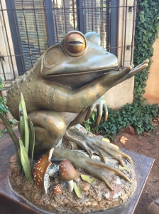 I loved this frog blowing a kiss~